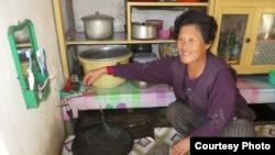 북한 주민이 아일랜드 인도주의 지원단체인 '컨선월드와이드'가 설치한 수도 시설을 사용하고 있다. (자료사진)