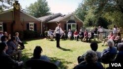 El presidente Obama habla ante los vecinos y pequeños empresarios invitados en el jardín de la casa de John Nicholas y Nicole Armstrong, en Fairfax, Virginia.