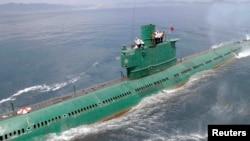 지난해 6월 김정은 국방위원회 제1위원장이 동해 잠수함 부대인 제167군부대를 방문, 직접 탑승해 훈련을 지도했다고 조선중앙통신 보도했다. (자료사진)
