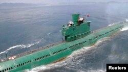 지난 6월 북한 조선중앙통신이 김정은 국방위원회 제1위원장이 동해 잠수함 부대인 제167군부대를 방문, 직접 탑승해 훈련을 지도했다고 보도했다. (자료사진)