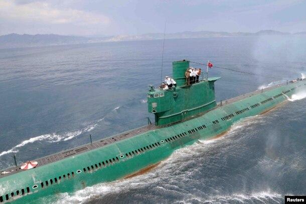 지난 2014년 6월 북한 조선중앙통신이 김정은 국무위원장이 동해 잠수함 부대인 제167군부대를 방문, 직접 탑승해 훈련을 지도했다며 공개한 사진. (자료사진)