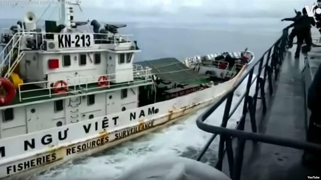 Hình ảnh được cho là lúc tàu kiểm ngư Việt Nam sắp đâm vào tàu Indonesia.