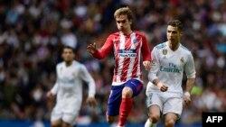 Antoine Griezmann et Cristiano Ronaldo lors du match entre le Real Madrid CF et l'Atletico Madrid au stade Santiago Bernabeu, 8 avril 2018.