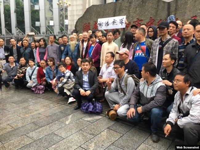众多支持者在长沙中级人民法院外关注709案被捕人权律师谢阳。(推特图片)