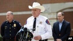 El alguacil del condado de Kaufman, Davis Byrnes, ofrece detalles del asesinato del fiscal Mike McLelland y su esposa, en Texas.