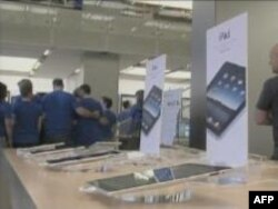 Máy iPad được bày trên kệ cho khách thử