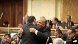 卡塔特尼(右)1月23日在被提名為議長後與一位議員擁抱