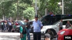 新疆警方在乌鲁木齐开展为期一年的严打暴恐专项行动 (美国之音东方拍摄)