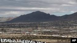 从美国边界围栏处可以看到新墨西哥州的桑兰德公园,(2017年2月26日)