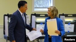 Ứng cử viên tổng thống của đảng Cộng hòa Mitt Romney và vợ đi bỏ phiếu tại Belmont, bang Massachusetts, ngày 6/11/2012.