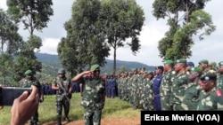Le chef d'état-major général de l'armée de la RDC saluant ses troupes à Beni, Nord-Kivu, RDC, le 11 décembre 2019. (VOA/Erikas Mwisi)