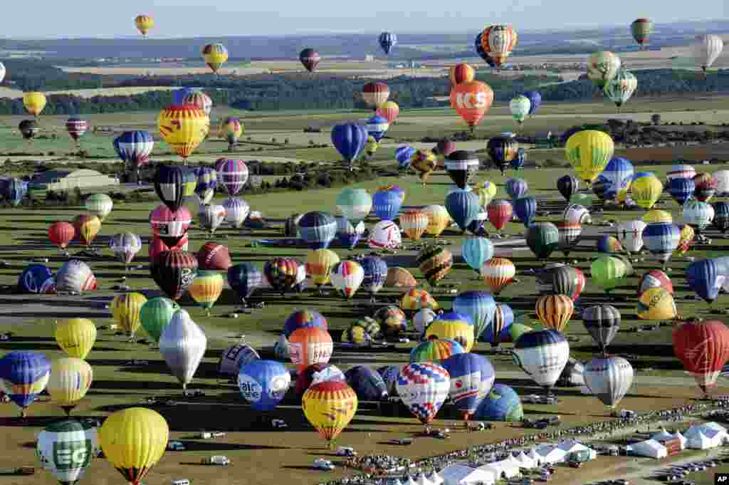 "Over 400 hot-air balloons take off in Chambley-Bussieres, eastern France, July 31, 2013, in an attempt to set a world record for a collective taking-off during the event ""Lorraine Mondial air ballons"", an international hot-air balloon meeting."
