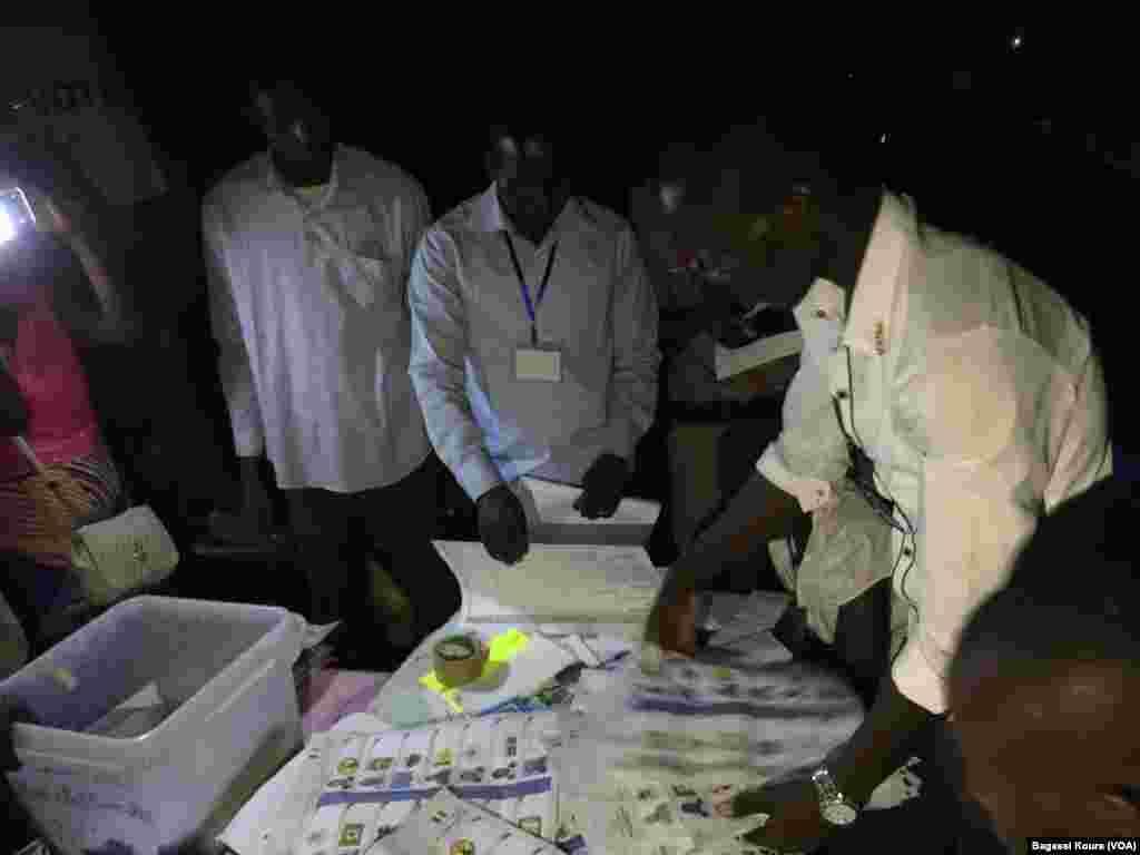 Session de dépouillement dans un bureau de vote à Boutal Bagar, un quartier périphérique de N'Djamena où des centaines de gens en colère n'ont pu voter par manque de bulletins de vote, 10 avril 2016, Tchad. (VOA/Bagassi Koura)
