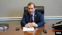 12일 미 하원 전체회의 표결에 앞서 에드 로이스 하원 외교위원장이 자신의 집무실에서 기자회견을 하고 있다.