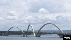 El puente Juscelino Kubitschek, en Brasília, la capital brasileña donde se reunirán Cirstina Fernández y Lula da Silva.