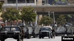 Tentara Lebanon mengamankan lokasi di mana terjadi penembakan atas seorang demonstran anti Hizbullah di Beirut, Minggu (9/6).