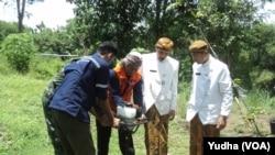 Perangkat pemerintah di Solo dilatih membuat lubang biopori di bantaran sungai bengawan Solo oleh Relawan BNPB (Foto: VOA/Yudha)