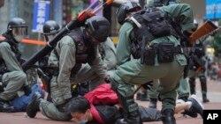 香港防暴警察在铜锣湾街道上逮捕抗议港版国安法的示威者。(2020年5月24日)
