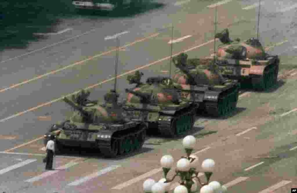 长安街天安门广场前,一名身穿白衬衫的男子只身阻挡向东行进的解放军坦克队(1989年6月5日)
