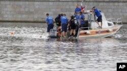 俄罗斯救援人员7月31日在莫斯科河上展开救援