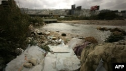 Rác nằm trên bờ sông ở hướng bắc thủ đô Beirut của Li băng