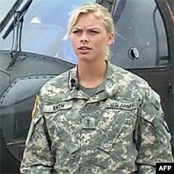 Srednja sestra Smit, Amber, upravlja osmatračkim helikopetrom OH-58
