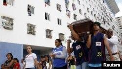 Parientes de un basketbolista asesinado cargan su ataúd en Caracas. Los homicidios aumentaron dramáticamente en el país en 2015.