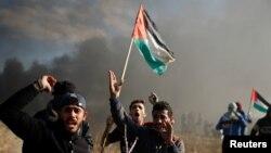 """Des manifestants palestiniens lors d'affrontements avec les troupes israéliennes au cours du """"jour de rage"""" appelé par les Palestiniens pour dénoncer la décision américaine de reconnaître Jérusalem comme capitale d'Israël, à l'est de Gaza, le 8 décembre 2017."""