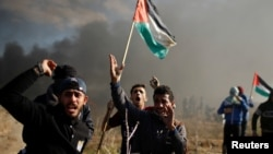 Người biểu tình Palestine la lớn trong các cuộc đụng độ với binh sĩ Israel, ngày 8 tháng 12, 2017.