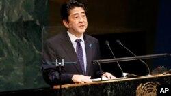 아베 신조 일본 총리가 뉴욕 유엔본부에서 열린 제 69차 유엔총회에서 기조연설을 하고 있다.