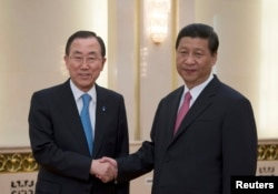 UN Secretary-General Ban Ki-moon (L) shakes hands with Chinese President Xi Jinping upon arrival for a meeting at the Great Hall of the People in Beijing, June 19, 2013.
