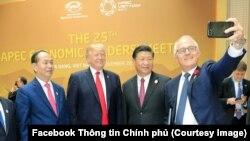Bức ảnh trên trang Facebook của Thông tin Chính phủ cho thấy Thủ tướng Úc Malcolm Turnbull chụp ảnh selfie với TT Donald Trump, Chủ tịch Tập Cận Bình và Chủ tịch Trần Đại Quang tại hội nghị APEC ở Đà Nẵng.