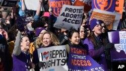 Para perempuan pendukung hak-hak aborsi melakukan unjuk rasa di depan gedung Mahkamah Agung Amerika di Washington DC (foto: dok).