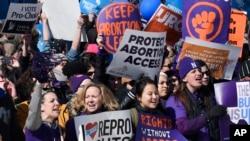 支持堕胎权的抗议者在最高法院外集会。(2016年3月2日)