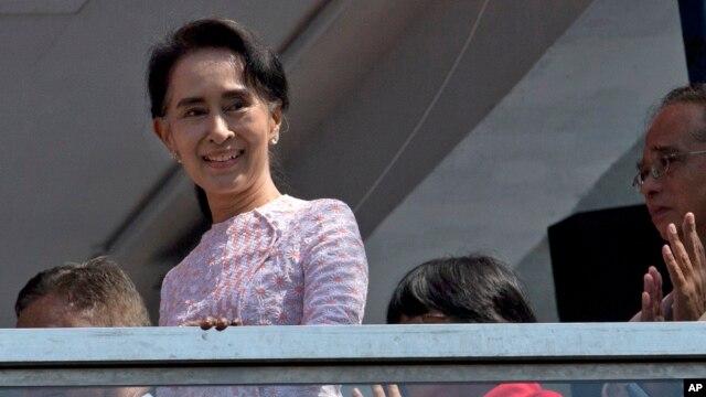 Lãnh tụ đối lập Aung San Suu Kyi phát biểu tại Trụ sở Đảng Liên minh Dân chủ Toàn quốc (NLD) ở Yangon, ngày 9/11/2015. Bà Suu Kyi nói Liên minh Dân chủ Toàn quốc của bà đã thắng khoảng 75% số ghế đại biểu được mang ra bầu chọn