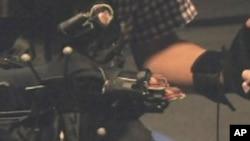Antropomorfička rukavica pomoću koje operater osća ono što dodiruje robot.