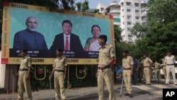 在习近平主席来访前,印度树立起欢迎牌,警察从事保安准备