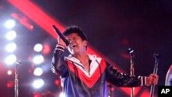 """Otros íconos de la música fueron recordados durante la gala. Bruno Mars, interpretó """"Let's Go Crazy"""" de Prince."""