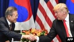 도널드 트럼프 미국 대통령과 문재인 한국 대통령이 지난 9월 뉴욕 롯데뉴욕팰리스 호텔에서 열린 정상회담에 앞서 악수하고 있다.