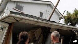 지진으로 무너져내린 가옥