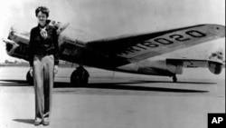 Амелия Эрхарт у самолета Lockheed Electra 10E, перед последним полетом. О́кленд, Калифорния,1937.