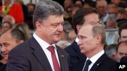 President Ukraina Petro Poroshenko dan Presiden Rusia Vladimir Putin saat bertemu di Ouistreham, Perancis 6 Juni lalu (foto: dok).