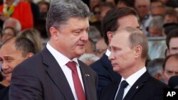 Presiden terpilih Ukraina Petro Poroshenko (kiri) berbincang sejenak dengan Presiden Rusia, Vladimir Putin di Normandia, Jumat (6/6).