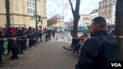Polisi anti huru hara Perancis mengamati para pejalan kaki di Saint Denis, Paris (18/11).