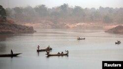 Les canoës en bois traversent la rivière Ubangi de la RDC à Bangui, en RCA, le 15 février 2016.