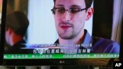 12일 홍콩 언론이 전직 미 정보요원 에드워 스노우든과의 인터뷰 내용을 방송하고 있다.