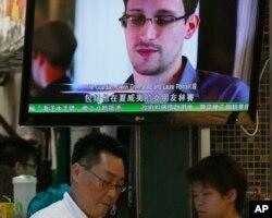 Tin tức về vụ Edward Snowden trên truyền hình tại một nhà hàng ở Hồng Kông, ngày 12/6/2013.