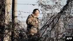 Một nữ binh sĩ Bắc Triều Tiên đứng gác dọc biên giới Trung Quốc-Bắc Triều Tiên