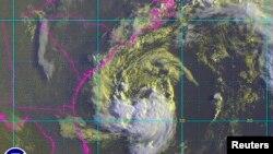 Gambar satelit Ana menunjukkan Badai Tropical Ana sekitar 275 kilometer dari South Carolina (8/5).