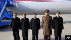 Đặc sứ của Bắc Triều Tiên Choe Ryong Hae (giữa) thực hiện chuyến công du một tuần đến Nga.